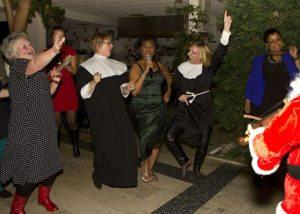 gospelzangeres a la sister act met 2 dames gekleed als nonnen.