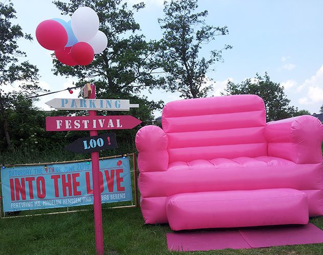 Thuis trouwen pink blow up chair with red, blue and white ballons