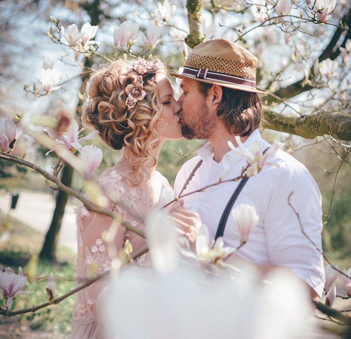 mooie stel kussen elkaar onder een prachtige boom