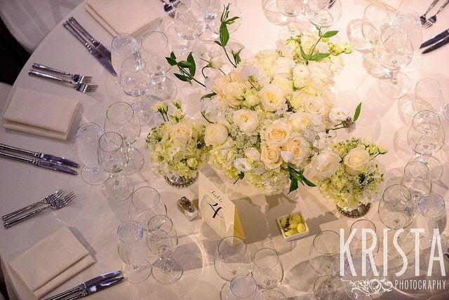 Versierde tafels met een feestelijk uitstraling, witte rozen en decoraties.