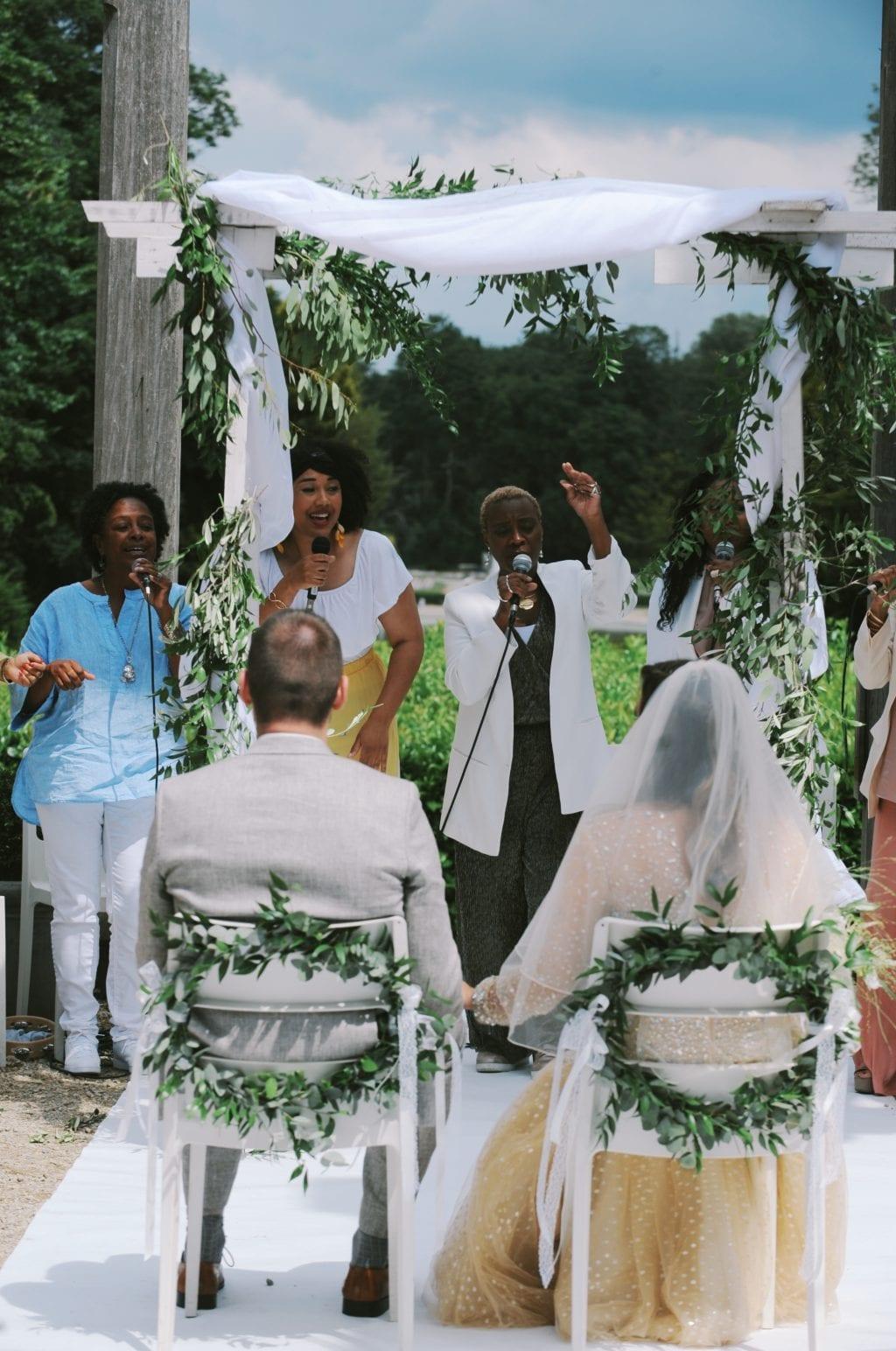 Trouwen in een orangerie bruidspaar op het bordes toegezongen door een gospelkoor.