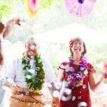alternatieve trouwceremonie voor je trouwdag? Hoe creeër je een persoonlijke ceremonie oalternatief voor trouwenceremonies weddingew AlternativetlrAl weddings man and woman smiling and looking up at bubbles