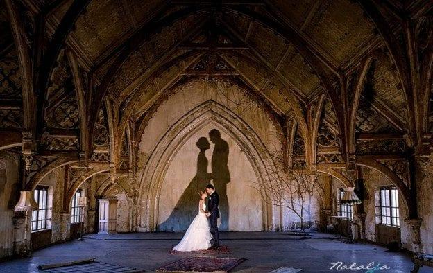 religieus huwelijk bride and groom embraced under archway