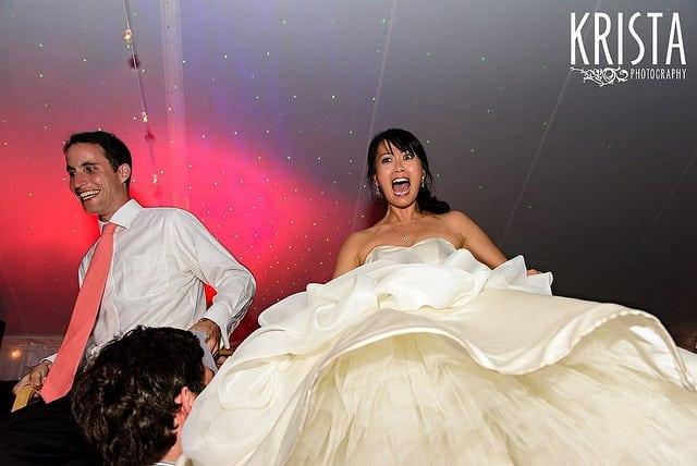 Gemengde huwelijken groom and bride being hitched up on chairs