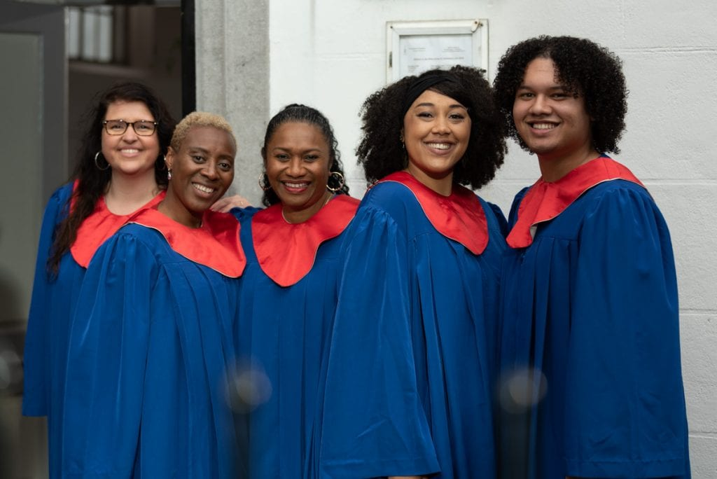 black gospel choir five singers met goede zangstemmen male and female dressed in red and blue gowns