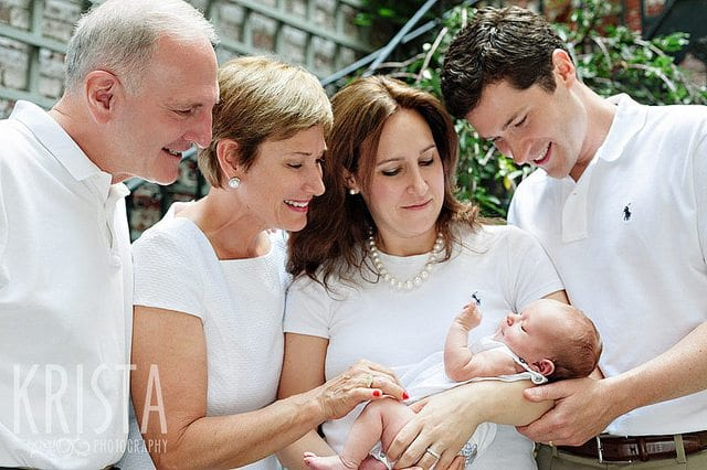 geboorteceremonie potret grootouders en ouders met pasgeboren dochter