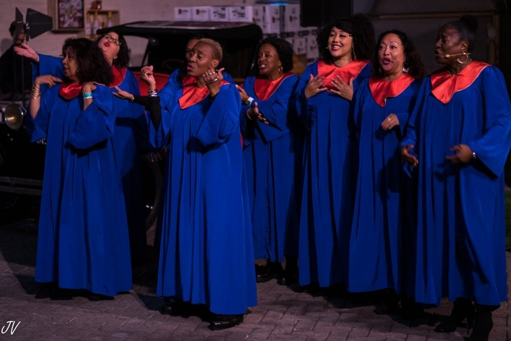 gospelkoor boeken huren eight choir singers dressed in blue and red togas
