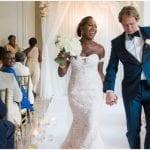 hippe bruiloft ideeën dansend echtpaar verlaat de trouwzaal