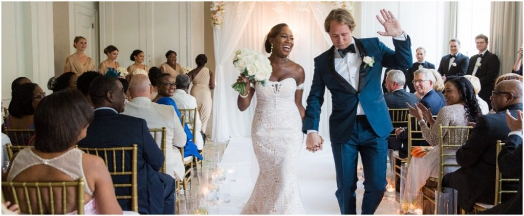 hippe bruiloft ideeën dansend echtpaar verlaat trouwzaal
