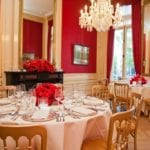 Minimony weddings amsterdam beautifully decorated tables with satin cloths, red roses and gold chairs
