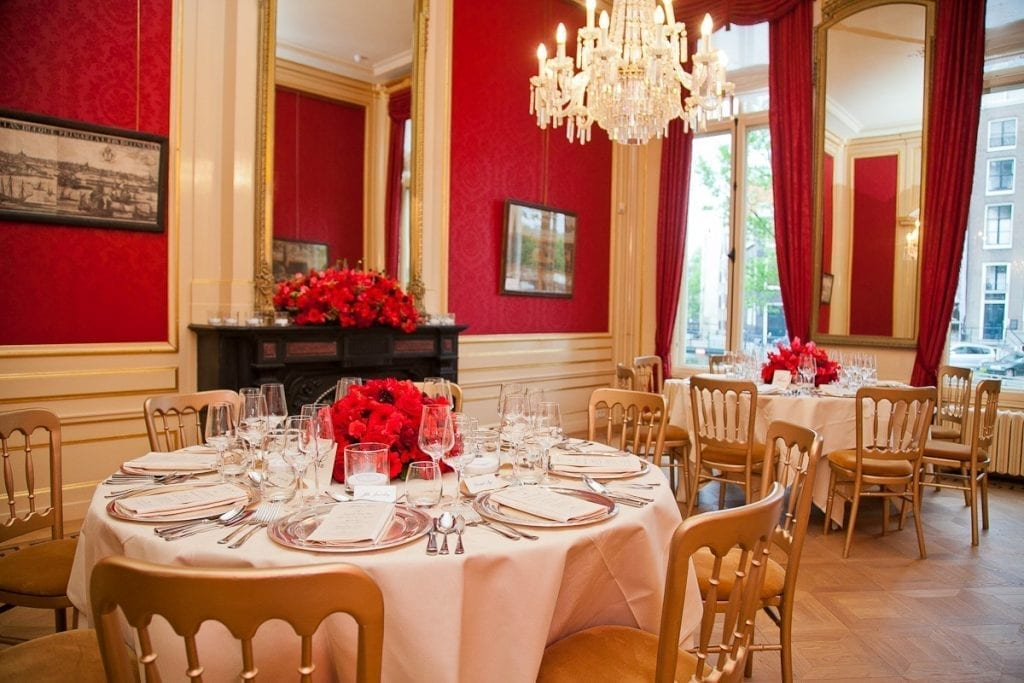 Minimony wedding amsterdam beautifully decorated tables with satin cloths, red roses and gold chairs