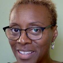 Breaking news meer informatie woman with rayban glasses and wearing crystal earrings