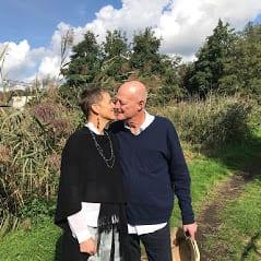 Real weddings in Nederland echtpaar kussen in het park