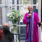huwelijksspeech voorbeeld vrolijke trouwambtenaar gekleed in paarse toga met sjaal