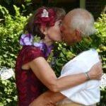Tweede huwelijk echtpaar kussen elkaar tijdens ceremonie op een boederij