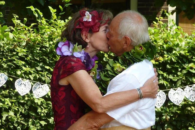 Tweede huwelijk echtpaar kussen elkaar tijdens huwelijksceremonie op een boederij