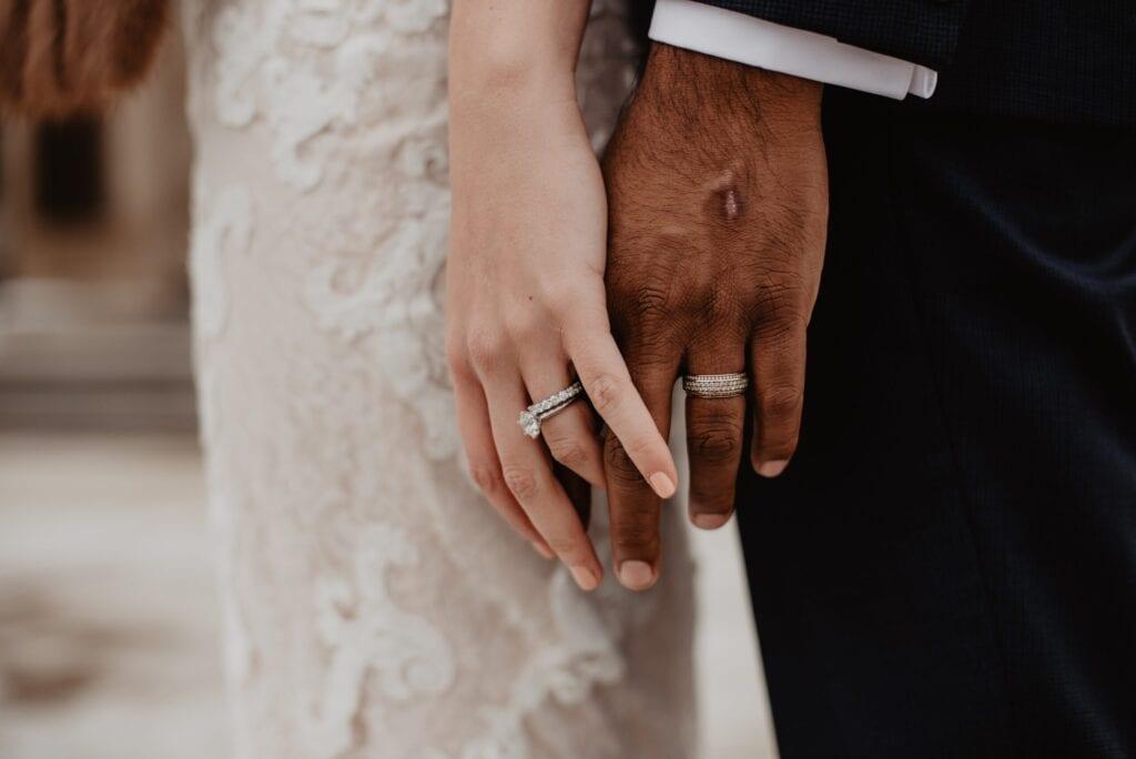bruid en bruidegom mooi gelakte nagels van bruid en bruidegom