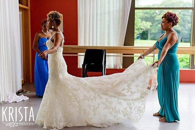 Liefdesceremonie bruid gekleed in stijlvolle witte bruidsjurk met kanten en lange schitterende sleep
