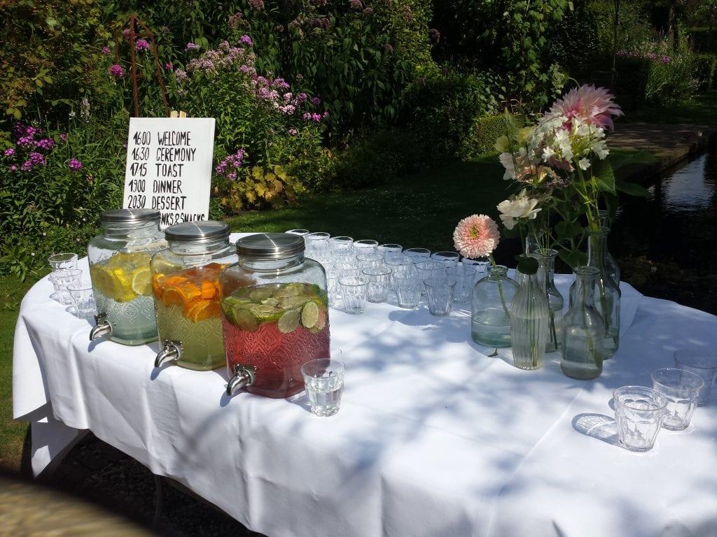 anders trouwen zomerse trouwerij bestek, glazen en frisdank