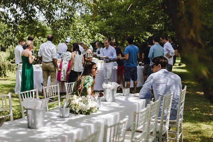 Anders trouwen bruiloft tafel en stoel styling voor een groepsdiner in een intieme setting