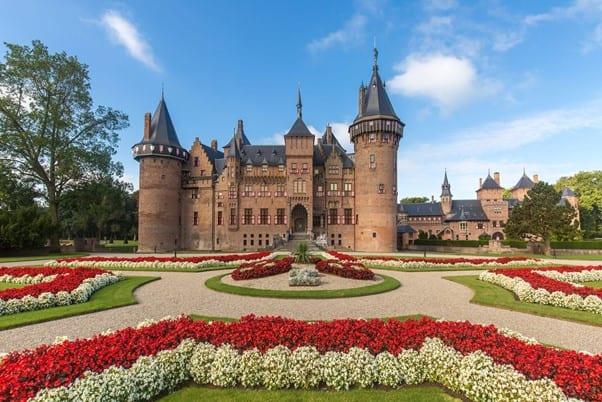trouwen in een kasteel gebouw omringd door prachtig eeuwenoud aangelegde tuinen