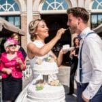 Trouwen in een orangerie echtpaar op het bordes met een bruidstaart