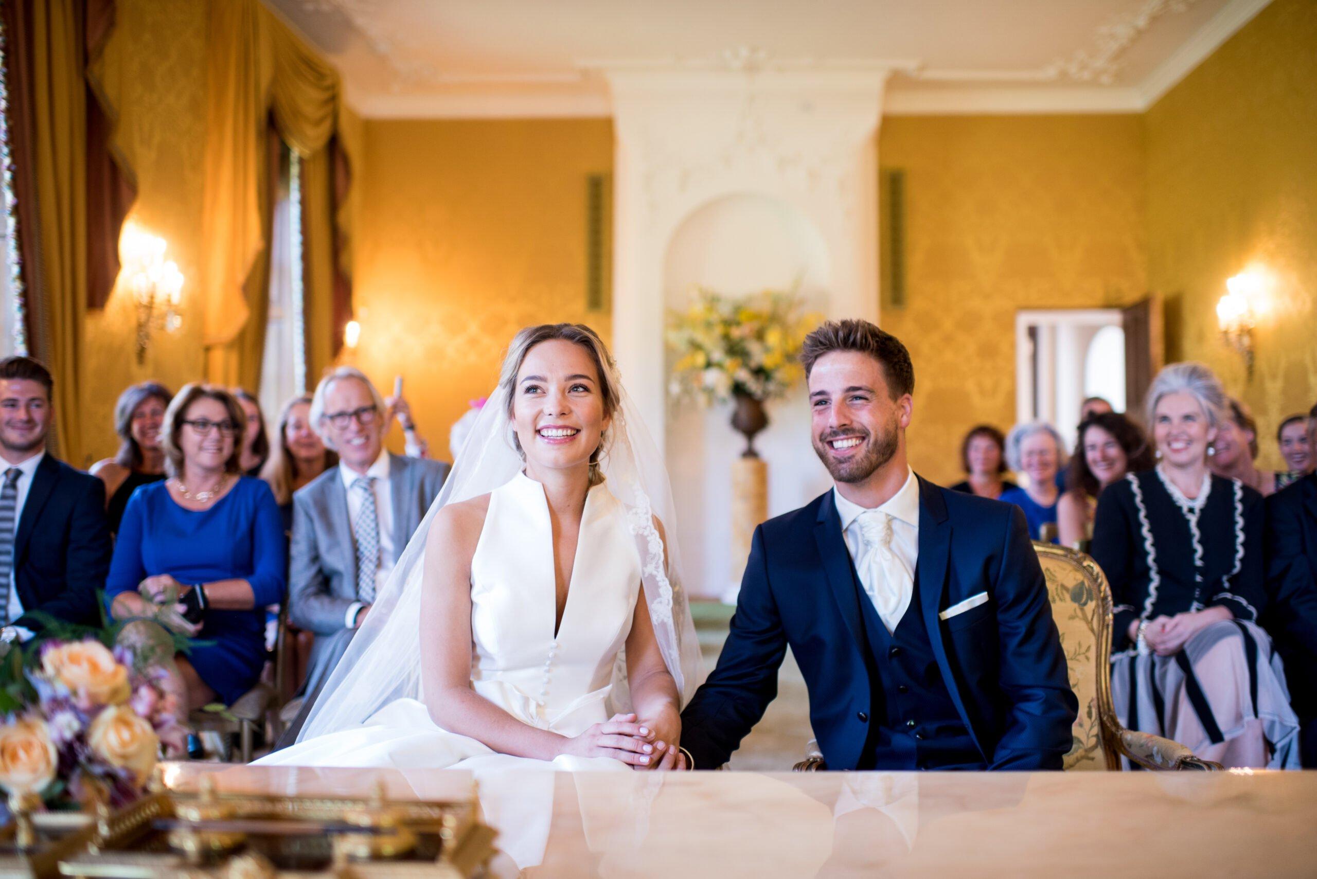 Kasteel bruiloft zittend echtpaar in de trouwzaal bij Kasteel Ruurlo