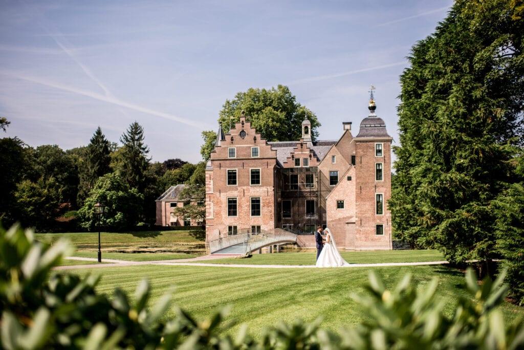 kasteel bruiloft gelukkig huwelijkspaar pronken in de park