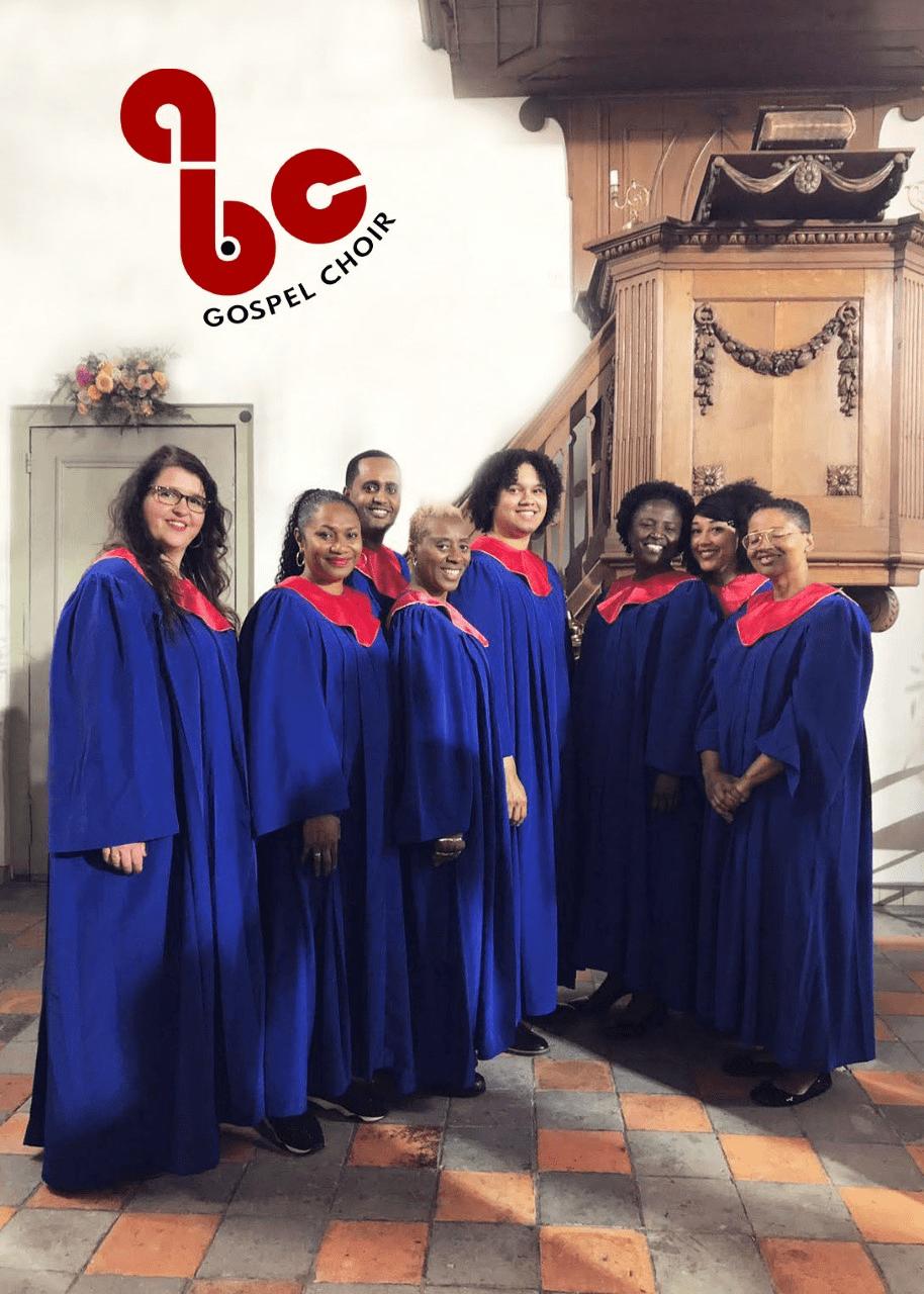 Benefit Concert Gospel & Cake In Memoriam Uitvaarten gospelkoor met koningsblauwe togas en rode sjaals