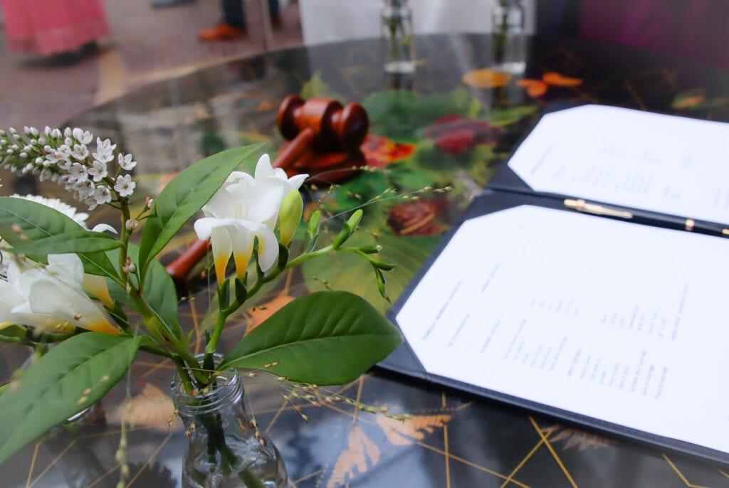 anders trouwen symbolische akte en officieel document van liefdesverklaring.