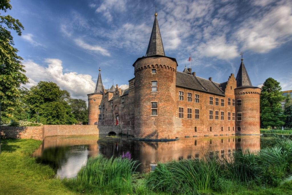 trouwen in een kasteel omringd door slotgracht en sprookjesachtige tuin