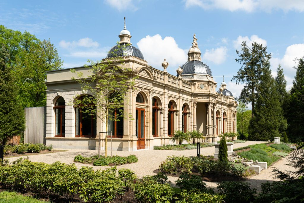 Trouwen in een orangerie het bordes omringd door een park