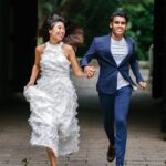Herbevestiging huwelijk jonge man en vrouw hand in hand tijdens het lopen in de park